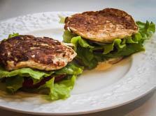 Сэндвичи из капкабов с помидорами, листьями салата, с легким соусом «а ля майонез»
