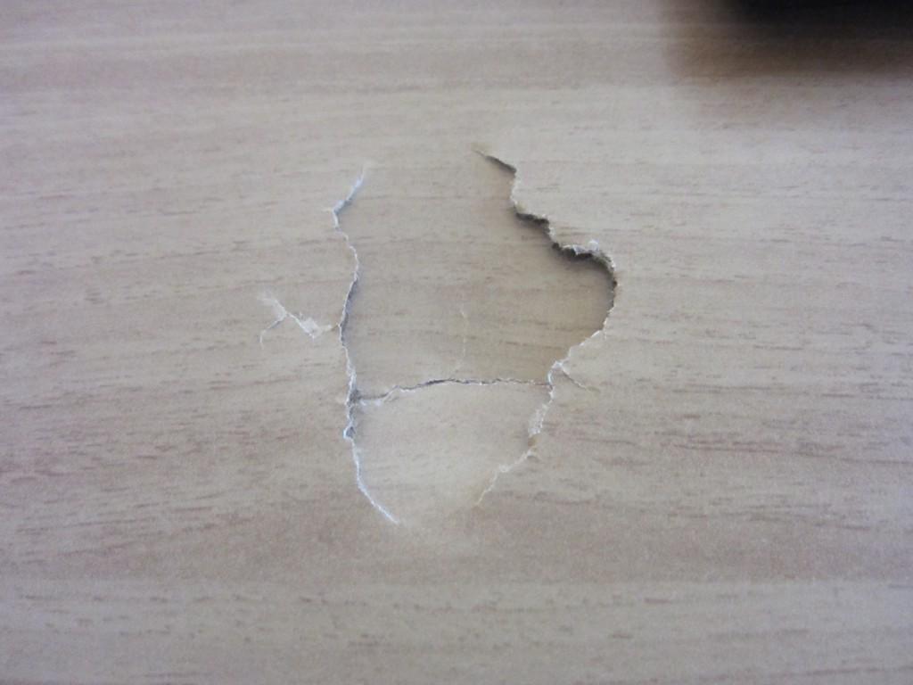 дыра в столе