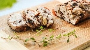 Домашняя ветчина из куриного мяса с черносливом и орехами
