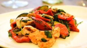 Быстрый горячий салат с курицей, овощами и зеленью