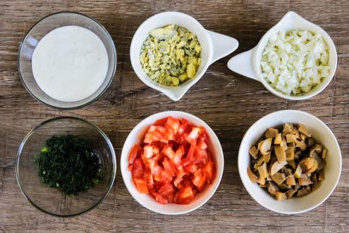 byctryj-sloenyj-salat-s-marinovannymi-shampin'onami-spelo-zrelo-foto1