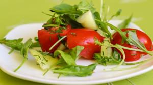 Салат из свежих овощей и разной зелени + секретный ингредиент