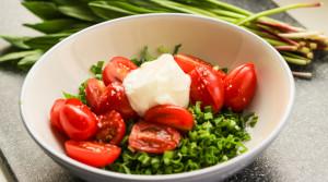 Витаминный  салат из черемши с помидорами