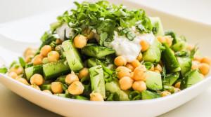 Быстрый салат из нута и свежих огурцов