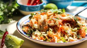 Салат из капусты и куриного филе в тайском стиле