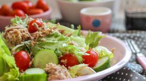 Салат из зелени и тунца — быстро, вкусно, полезно!