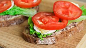 Бутерброды с тунцом для полезного завтрака