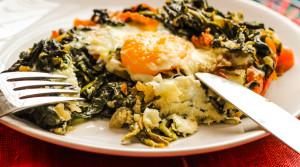 Рецепт полезного завтрака «Яичница с тушеным шпинатом»