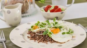 Пышная гречневая каша с глазуньей — полезный и вкусный завтрак