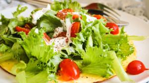 Рецепт полезного завтрака «Омлет с помидорами и салатной зеленью»
