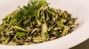 Легкий, быстрый, аппетитный салат из куриного филе, огурцов и зелени