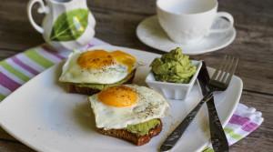 Завтрак для похудения — хрустящие тосты с авокадо и яйцом