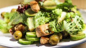 Теплый салат с обжаренным куриным филе и бальзамическим соусом